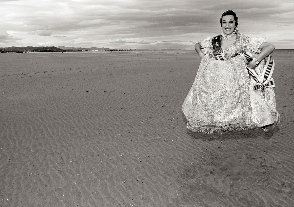 Una fallera de la corte durante una sesión de fotos en la playa de la Malvarrosa. Febrero de 2013.