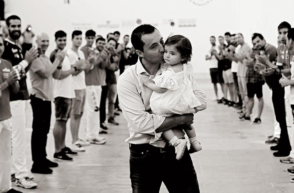 Compañeros del jugador de Benavites le hicieron el pasillo de honor, que realizó emocionado con su hija en brazos.