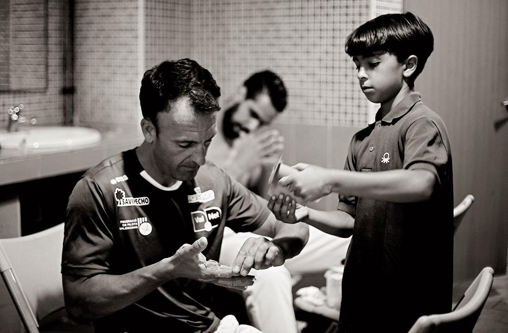 Solaz se arregla las manos ayudado por su hijo.