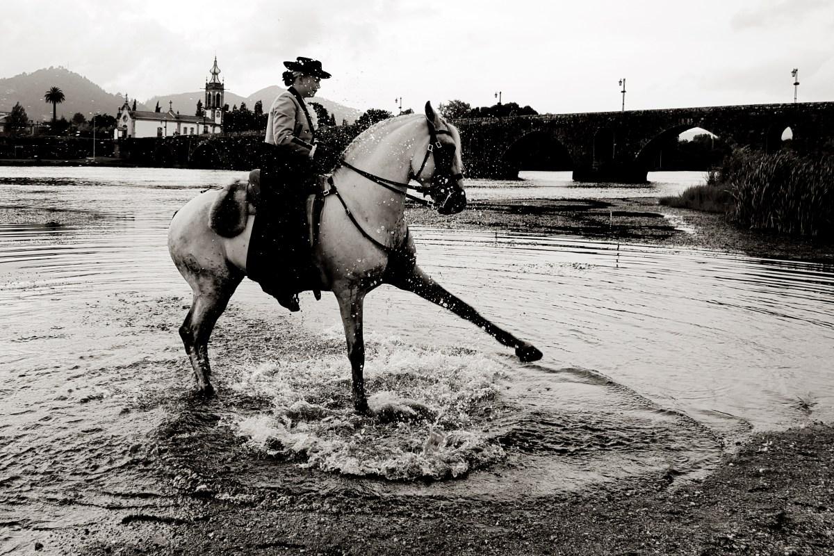 Helene con su caballo jugando en el agua del río en Ponte de Lima.