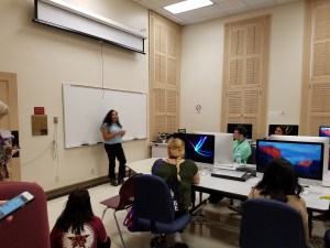 Eliane Aradillas talks to students about her career as a crime reporter. Photo by Jacob Karre
