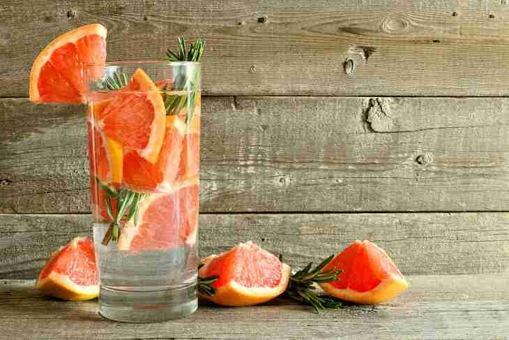 Grapefruit rosemary detox water glass | Fruits and Veggies That Can Keep You Hydrated