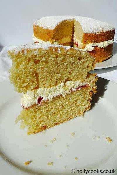 Holly_cooks_victoria_sponge_cake