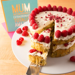 Apricot, Raspberry and Pistachio Cake, the Perfect Gift for Mother's Day
