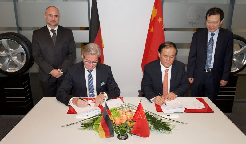 Burkhardt Köller (l) and Han Bing sign the MoU