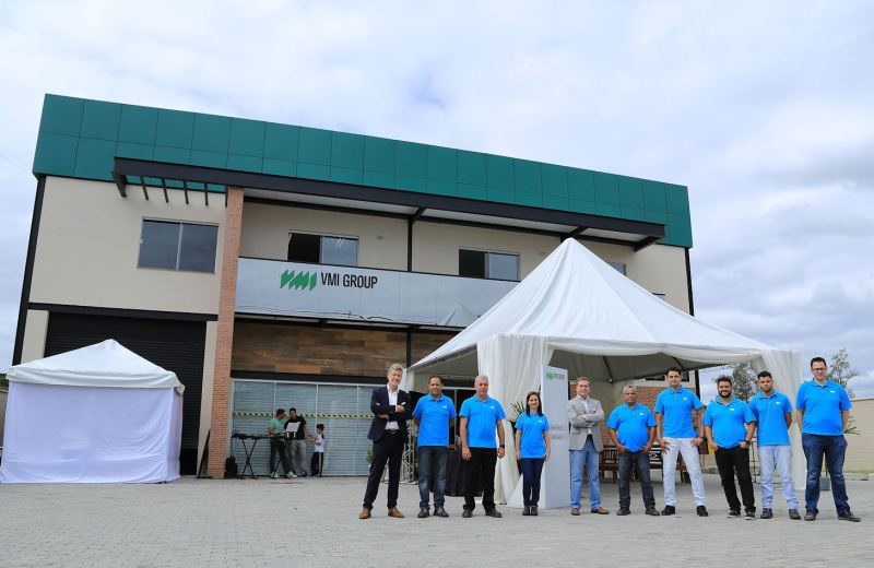Dirk Reurslag (left) and Robson Souza de Araujo (5th from left) with the VMI South America team at the new facility's opening