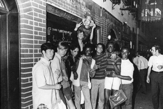 Grupo de personas en Stonewall Inn, celebrando el éxito de las revueltas después del 27 de junio de 1969. Fot. Fred W. Mcdarrah