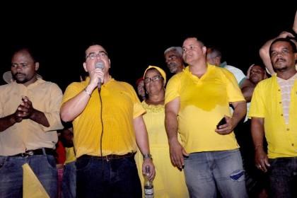 Isravan discursa para multidão após carreata/passeata (Foto: Lauro Brasil)