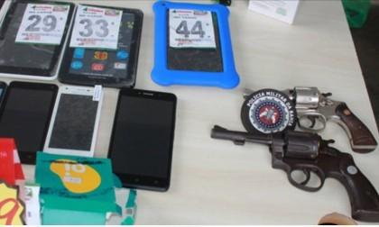 Polícia apreendeu revólveres e aparelhos roubados (Foto: Ubatã Notícias)