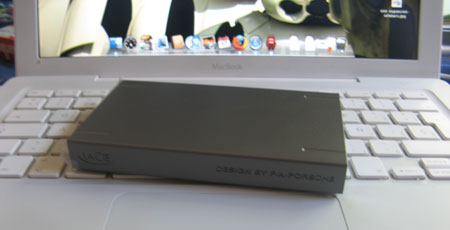 Lacie Porsche 160GB en mi Macbook linda pareja :P