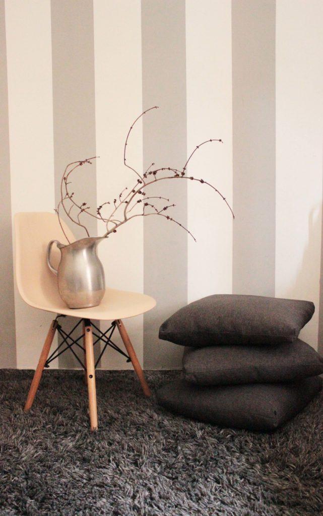 """Le righe verticali alle pareti contribuiscono ad """"allungare"""" la superficie, ecco perchè sono particolarmente indicate per pareti che. Parete A Righe Come Realizzare Il Pattern Chic E Valorizzare Una Stanza"""
