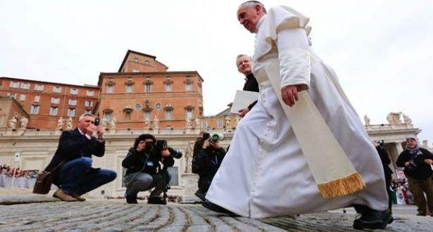 """البابا فرنسيس اصطحب 12 لاجئاً سورياً مسلماً من ليسبوس وناشد العالم إيجاد حلول """"تليق بإنسانيتنا المشتركة"""""""