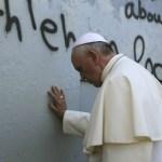 البابا يتوقف امام الجدار الاسرائيلي الفاصل في الضفة الغربية