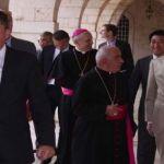 السفراء الاميركي والبريطاني والبابوي والروسي والقائم بالأعمال الصيني، وبينهم المطران صيّاح في بكركي أمس. (اميل عيد)