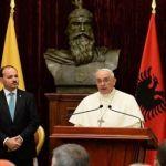 البابا فرنسيس يتحدث في تيرانا وبدا الى جانبه الرئيس الالباني بوجار نيشاني أمس. (أ ب)