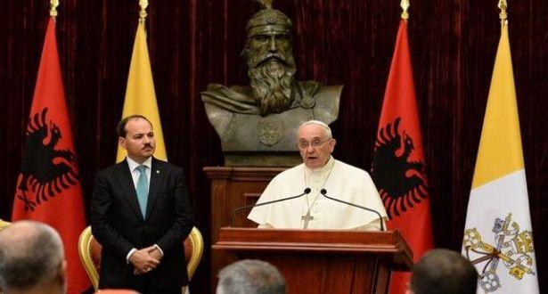 """البابا فرنسيس يبدأ زيارته لألبانيا ويرفض استخدام الأصوليات الله """"درعاً"""""""