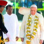 البابا فرنسيس والرئيس السري لانكي الجديد ميثريبالا سيريسينا في مطار كولومبو أمس. (رويترز)