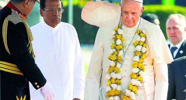 البابا في مستهلّ زيارة لسري لانكا يحضّ الأديان على عدم الاستسلام للعنف