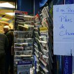 لافتة كتب عليها بخط اليد لم تبق نسخ من شارلي معلقة على احدى المكتبات بعد نفاد نسخ المجلة الساخرة في باريس أمس. (رويترز)