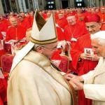 البابا المتقاعد بينيديكتوس الـ16 يحيي البابا فرنسيس في بازيليك القديس بطرس