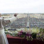 البابا فرنسيس يحيي الجموع المحتشدة في ساحة بازيليك القديس بطرس بالفاتيكان