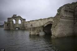 كنيسة عمرها 4 قرون تظهر من تحت المياه في المكسيك