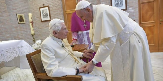 البابا فرنسيس يزور بندكتس السادس عشر عشية الاحتفال بإعلان قداسة سبعة طوباويين