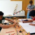 Los alumnos estudian su proyecto