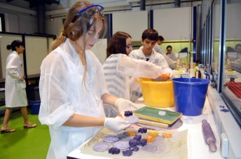 Alumnos en pleno proceso de reciclaje de papel usado