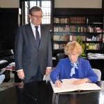 Soledad Becerril firmó en el Libro de Honor de la UCLM