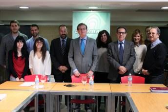 El rector y el profesor Corma con los estudiantes de doctorado que participaron en el coloquio