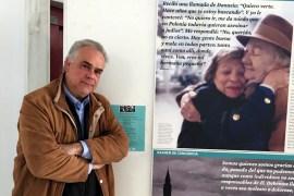 El profesor José Cayuela posa delante de la imagen de Giza Alterwajn y su 'salvadora', Danuta Galkowa