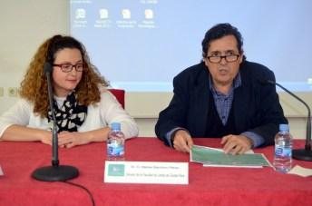 Concepción Pomares, técnico del CIPE, y Matías Barchino, decano de la Facultad de Letras