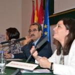 Emilio Ontiveros flanqueado por las profesoras Carmen Díaz Mora y Leticia Blázquez