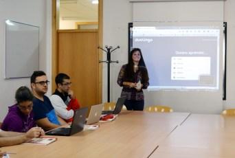 La profesora Alicia Fernández presenta el curso a los participantes