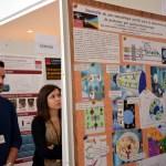 Dos jóvenes miran uno de los pósteres expuestos