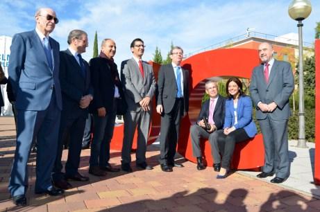 Los responsables institucionales posan en las siglas de la UCLM instaladas en el Paseo del Rectorado