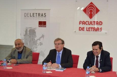 Padura, acompañado del rector de la UCLM y el decano de la Facultad de Letras, durante su atención a los medios