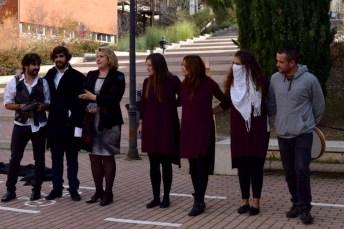La vicerrectora de Cultura y Extensión Universitaria, María Ángeles Zurilla, junto a los integrantes de Malaestripe