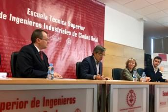 El vicerrector de Docencia -segundo por la izquierda-, junto al profesor Gonzalo Ruiz -primero-, durante la presentación de NUMEX