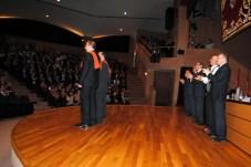 Mesa presidencial y alumnos graduados