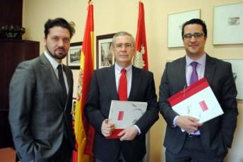 Los socios fundadores de Goemprende junto al vicerrector