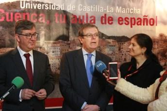 Miguel Ángel Collado, centro, atiende a los medios momentos antes de la inauguración