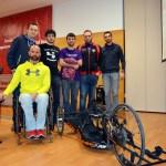 Gustavo Molina junto a un grupo de estudiantes