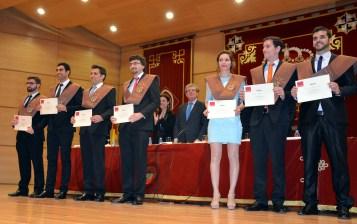 Los recién graduados reciben sus diplomas