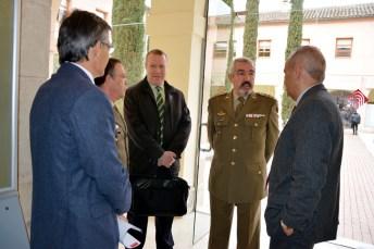 Carlos Echevarría (centro), junto autoridades académicas y militares