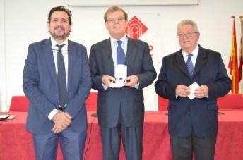 El rector ha sido distinguido con la medalla conmemorativa del XXX aniversario de la Facultad de Letras