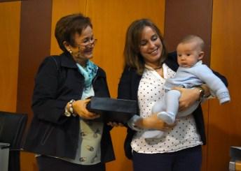 La profesora Inés González entrega una placa a la familia del profesor fallecido Daniel Ortega