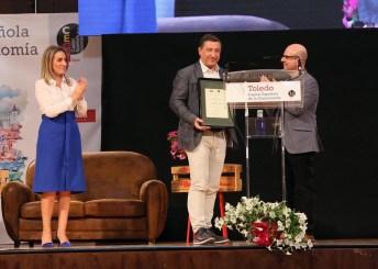La alcaldesa de Toledo y el profesor Antonio Mateos con Joan Roca en la entrega del premio.