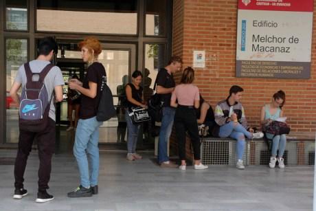 Alumnos repasan antes de entrar al primer examen del día